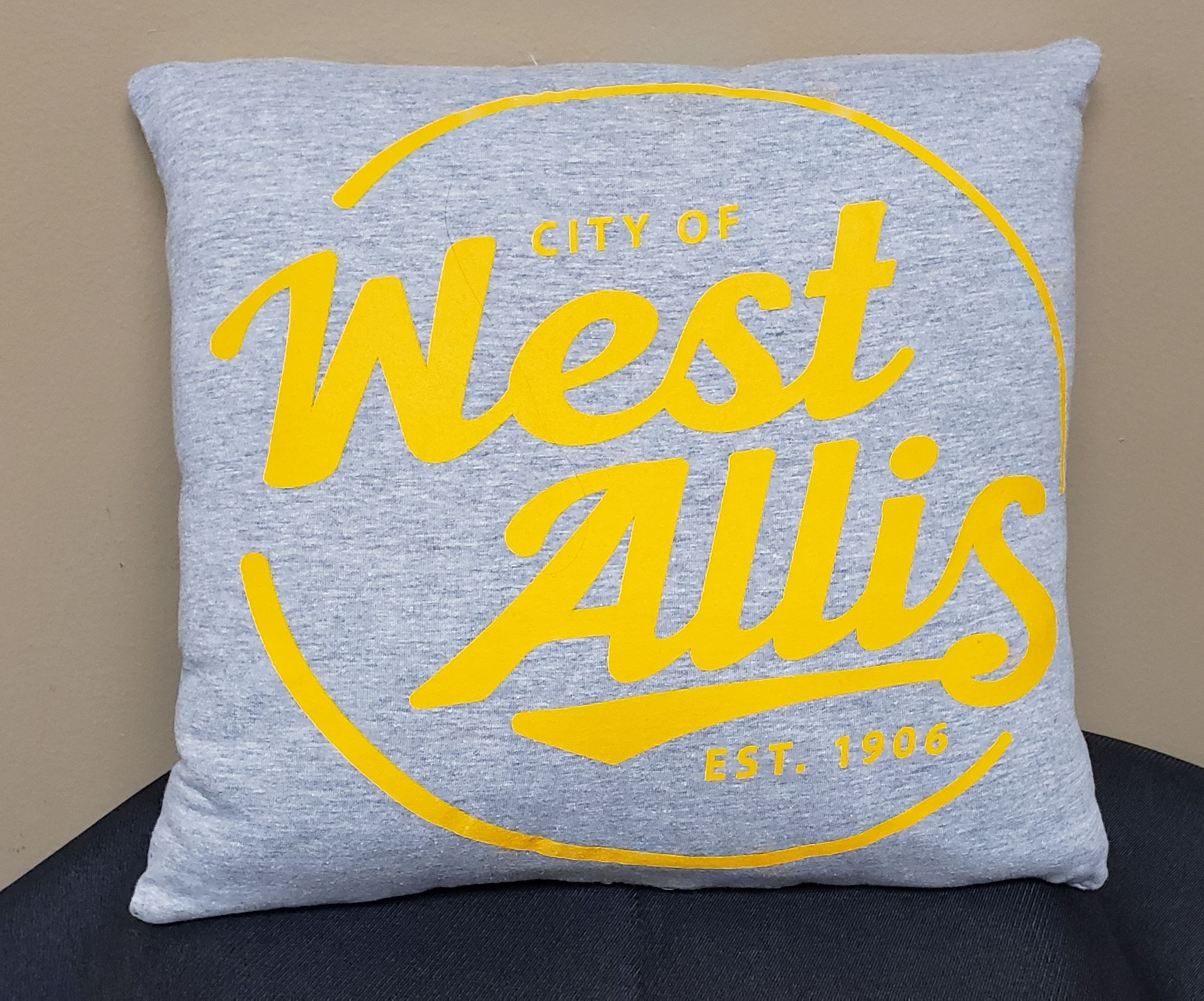 GREY PILLOW WITH YELLOW CITY LOGO